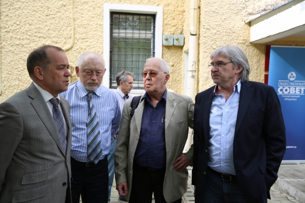 Открытие приемной_ Глава НГО Владимир Машков (слева) и члены Общественного совета Росатома