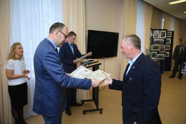 Награждается рационализатор Владимир Трощенко (1)