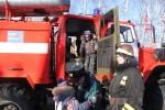 Все малыши по очериди посидели в кабине пожарной машины