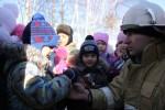 В конце мероприятия огнеборцы угостили все деток конфетами