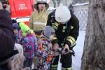 Ребята пробуют себя в роли настоящих пожарных-тушат условный пожар