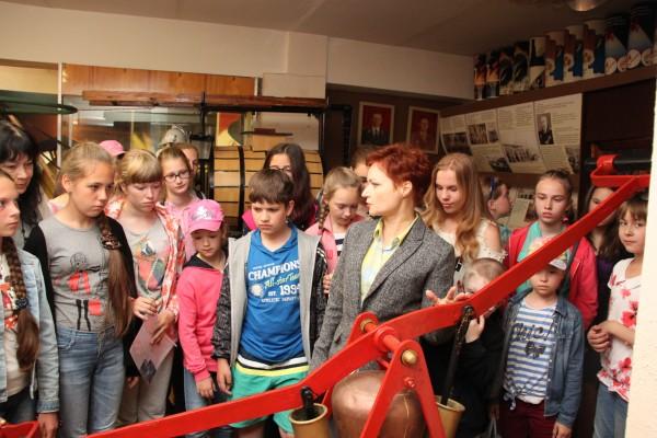 Инструктор пожарной профилактики Татьяна Бывальцева рассказывает детям о пожарном насосе