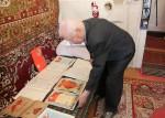 Константин Николаевич рассказывает об экспонатах, передаваемых в фонд музейно-выставочного центра