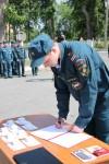Сотрудник Специального управления ФПС №5 МЧС России ставит свою подпись под тектом Присяги сотрудника ФПС